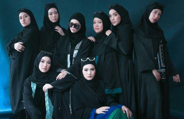 Gaya Foto Studio Bersama Sahabat
